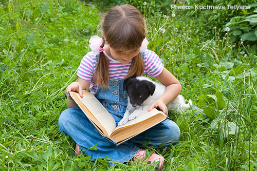 girlreadingtodog2